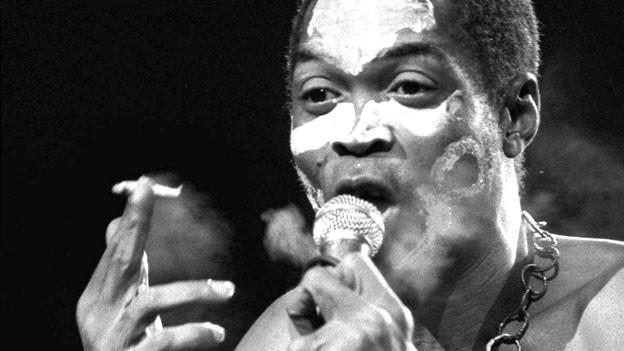 Fela Anikulapo Kuti an einem Konzert in Paris 1986.