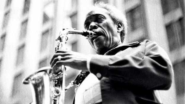 Sonny Stitt spielt Saxophon.