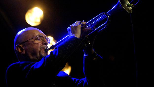 Tomasz Stanko mit seiner Trompete auf der Bühne.