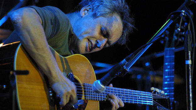 Marc Ribot spielt Gitarre.