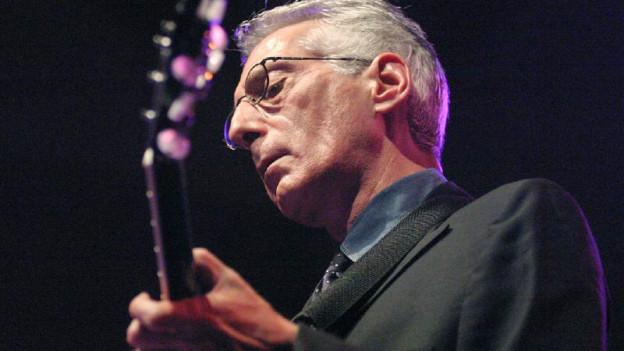 Pat Martino mit einer Gitarre in der Hand.