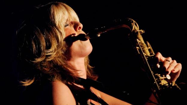 Candy Dulfer spielt Saxophon.