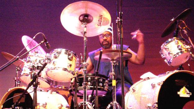 Pheeroan akLaff spielt Schlagzeuger.