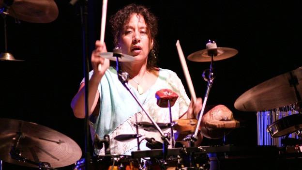 Marilyn Mazur an ihrem Schlagzeug.