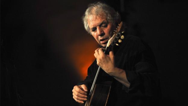 Ralph Towner spielt Gitarre.