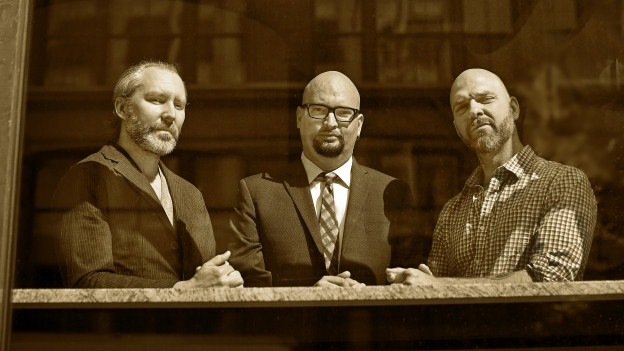 Drei Männer nebeneinander. Sie sind die Mitglieder der Band The Bad Plus.