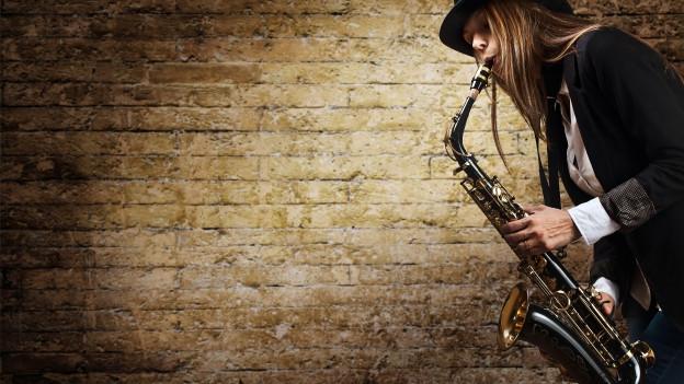 Frau mit Saxophon.