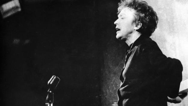 Edith Piaf von der Seite.