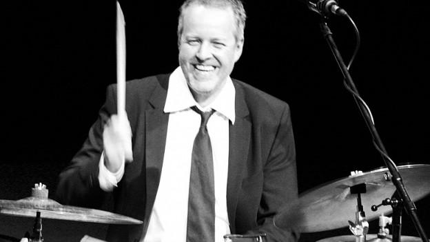 Der Schlagzeuger Haffner spielt sein Instrument.