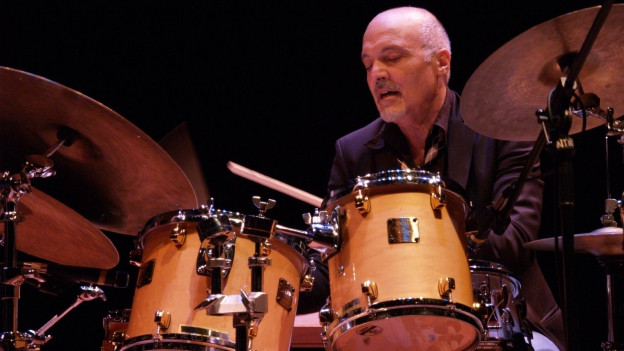 Aldo Roman spielt Schlagzeug.
