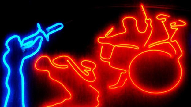 Neonröhren, die eine Jazzband darstellen.