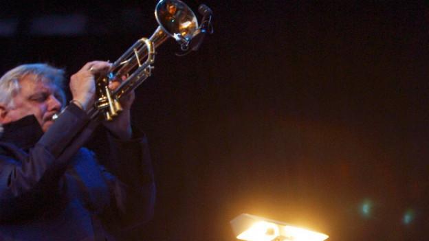 Ein Mann spielt Trompete.