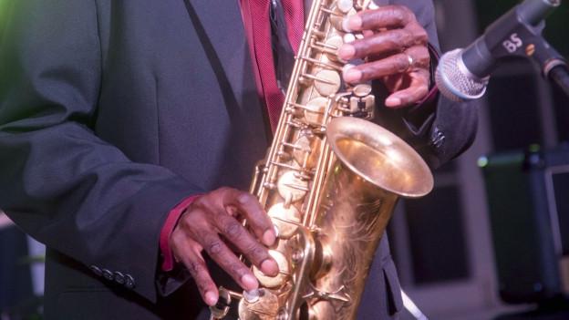 Symbolbild: Eine Person spielt Saxophon