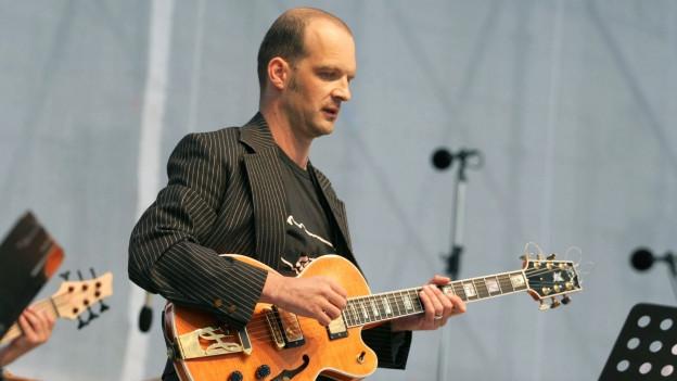 Wolfgang Muthspiel während eines Konzerts.