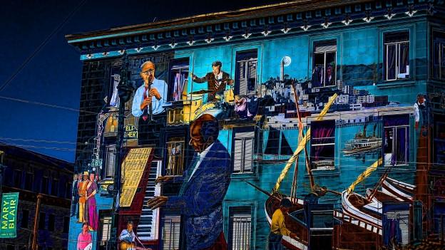 Eine bemalte Hausfassade mit Jazz-Musikern.
