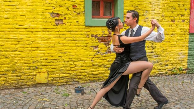 Ein Paar tanzt in den Strassen von Buenos Aires Tango