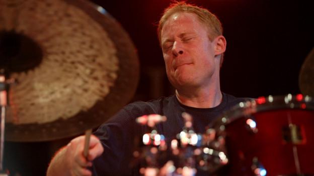 Schlagzeuger Bill Stewart während eines Konzertes.