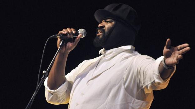 Seine Stimme ist eine Wucht, seine Mütze sein Markenzeichen: Gregroy Porter.