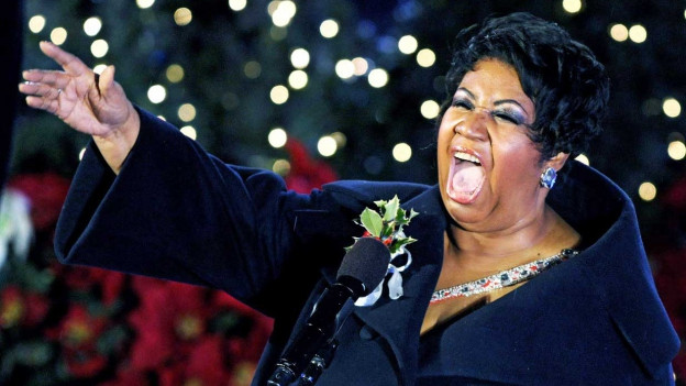 Aretha Franklin singt inbrünstig.
