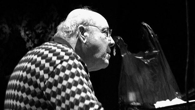 Schwarz-Weiss Foto von Misha Mengelberg am Klavier