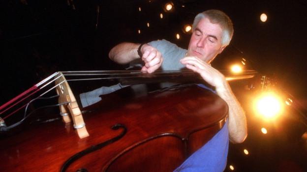 Barry Guy spielt Kontrabass