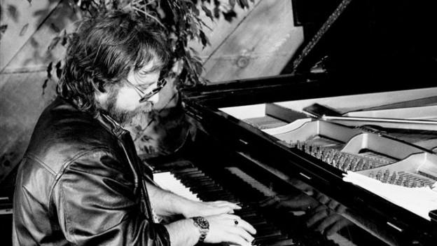 Schwarz-weiss Foto von Richie Beirach am Piano.
