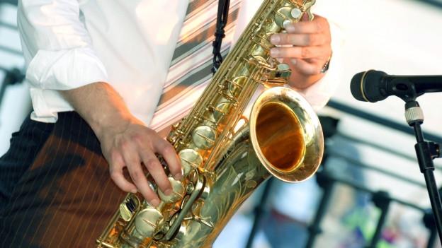 Saxophonist Nahaufnahme vor Micro