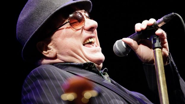 Eine Nahaufnahme von Van Morrison während einer Performance