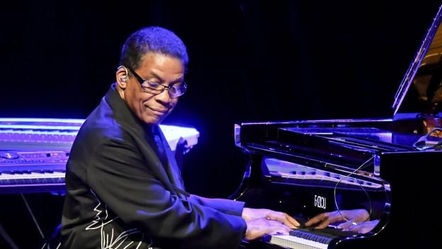 Herbie Hancock am Klavier spielen.