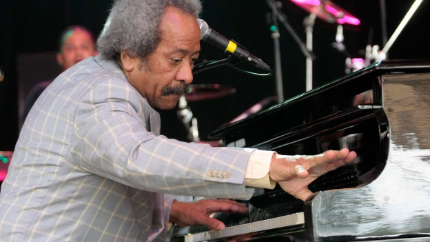 Allen Toussaint spielt Piano an einem Konzert.