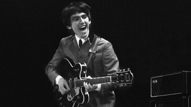 George Harrison an einem Konzert.