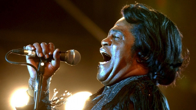James Brown am Mikrophon