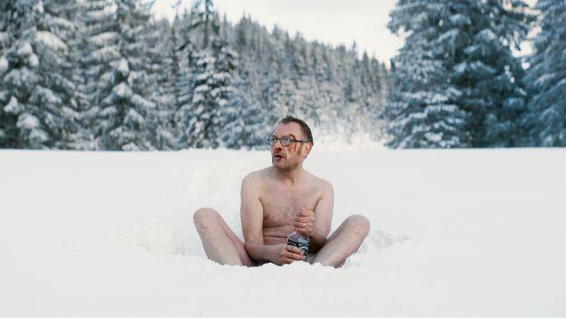 nackter Mann im Schnee