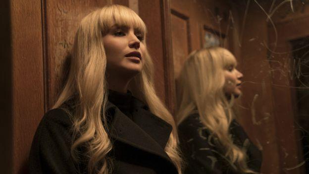 Blonde Frau vor Spiegel