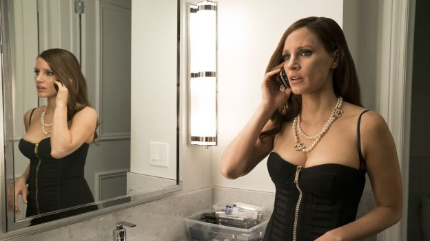 Frau telefoniert vor Spiegel