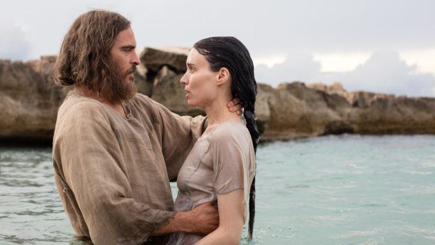 Mann und Frau im See