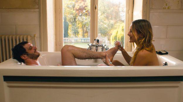 Mann und Frau in Badewanne