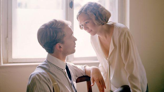 Mann und Frau vor Fenster