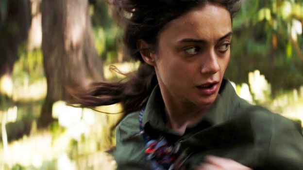 Frau rennt durch den Wald
