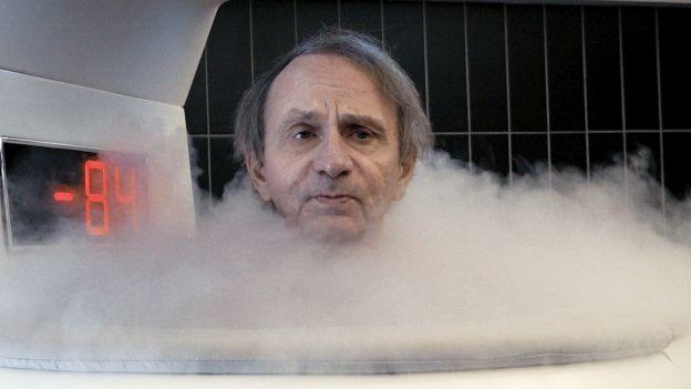 Mann in Kühltank