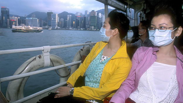 Zwei junge Frauen, die sich mit Sars infiziert haben, auf einer Fähre in Hongkong.