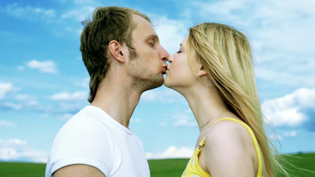Ein Paar küsst sich.