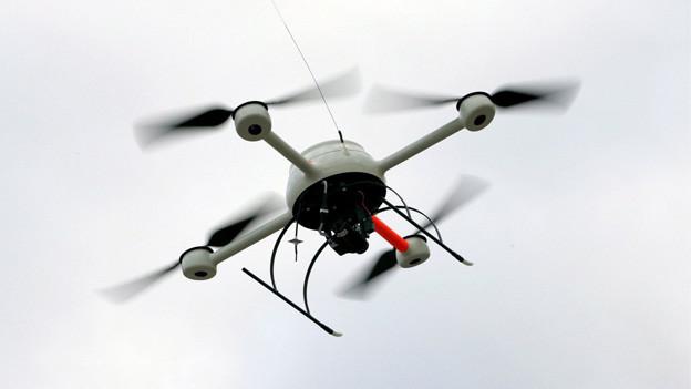 Diese fliegende Kamera, ein Sensocopter, ist in Deutschland gegen Fussball-Hooligans im Einsatz.