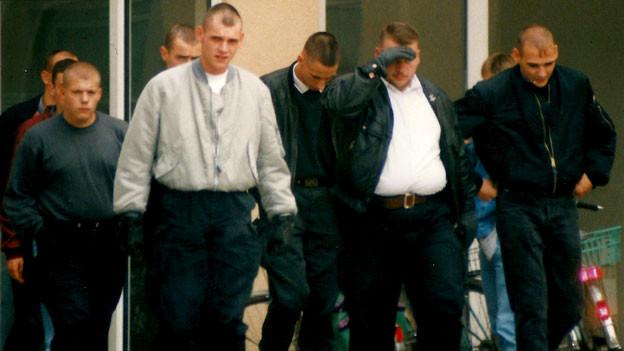 Neonazis um Uwe Boehnhardt (graue Jacke, 4.v.l.), Andre Kapke (2.v.r.), Ralf Wohlleben (3.v.r.) und Uwe Mundlos (r.), aufgenommen im Herbst 1996 in Erfurt.