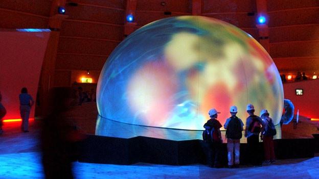 Farbspiele auf einer Weltkugel im Palais de l'Equilibre an der Expo.02 in Neuchatel.
