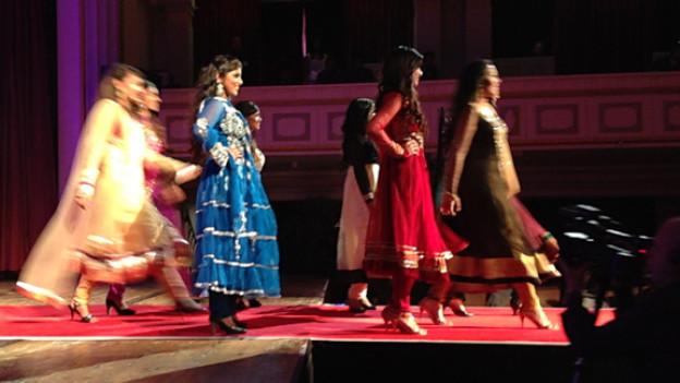 Zwischen den Kulturen: Junge Tamilinnen bei der Miss Tamil Schweiz Show