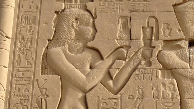 Darstellung von Kleopatra am Tempel von Dendera in Ägypten