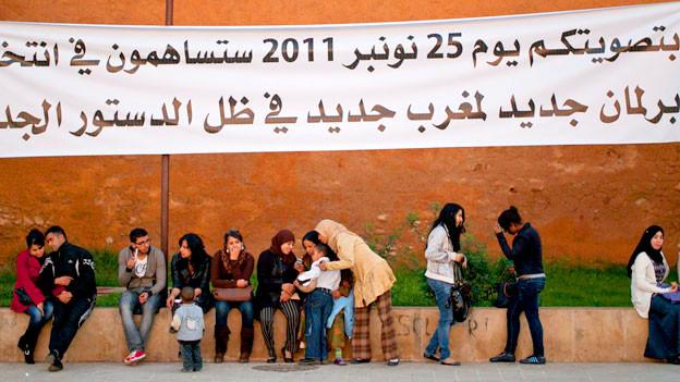 Mit Werbebanner fordert die Regierung die Marokkaner auf, zu wählen. November 2011 in Rabat.