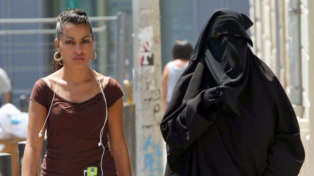 Zwei Musliminnen in Marseille.