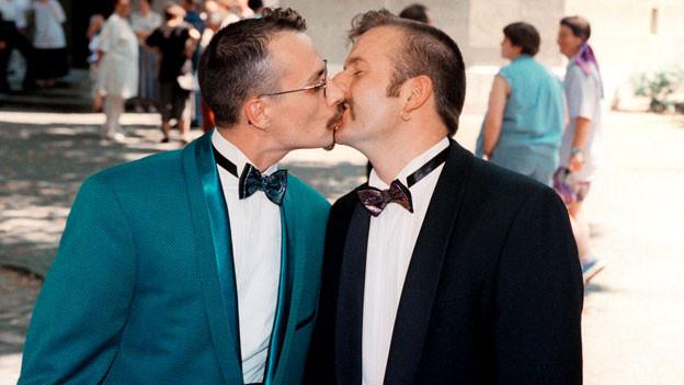 Die frisch vermaehlten Stephan Diggelmann, rechts, und Bareld Storm, links, küssen sich: Sie sind das erste gleichgeschlechtliche Hochzeitspaar der Schweiz (8. Juli 1995).